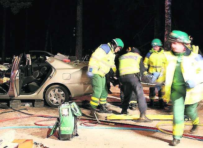 enköping En bil krossades av ett träd som blåste omkull på Stockholmsvägen i Enköping. Föraren satt fastklämd och klipptes loss av räddningstjänsten.