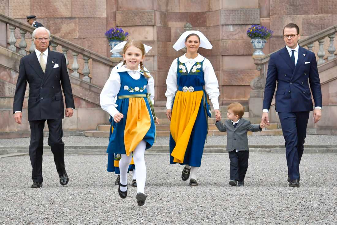 Estelle med kungafamiljen på under nationaldagen.