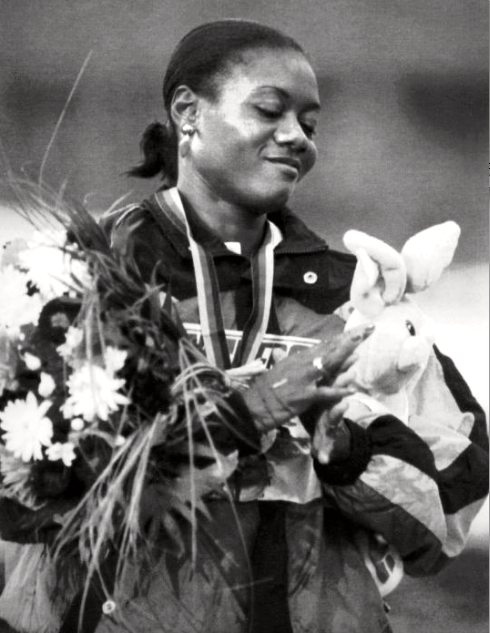 10 år senare - äntligen guld. Ottey överst på pallen i VM i Stuttgart 1993 efter seger på 200 m. Första individuella guldmedaljen.