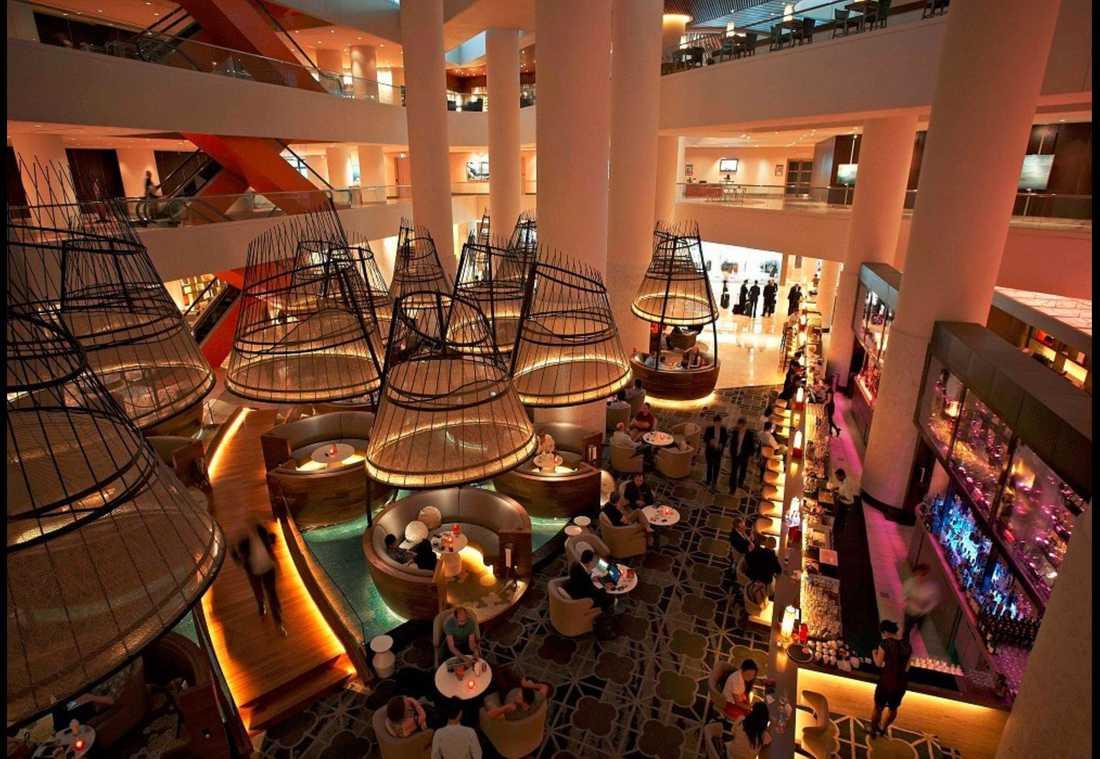På det femstjärniga lyxhotellet Pan Pacific i Singapore bodde Patrick Reslow i en svit på 79 kvadratmeter. Enligt hotellet var det bokat för hela hans familj - men skattebetalarna stod för hela notan.