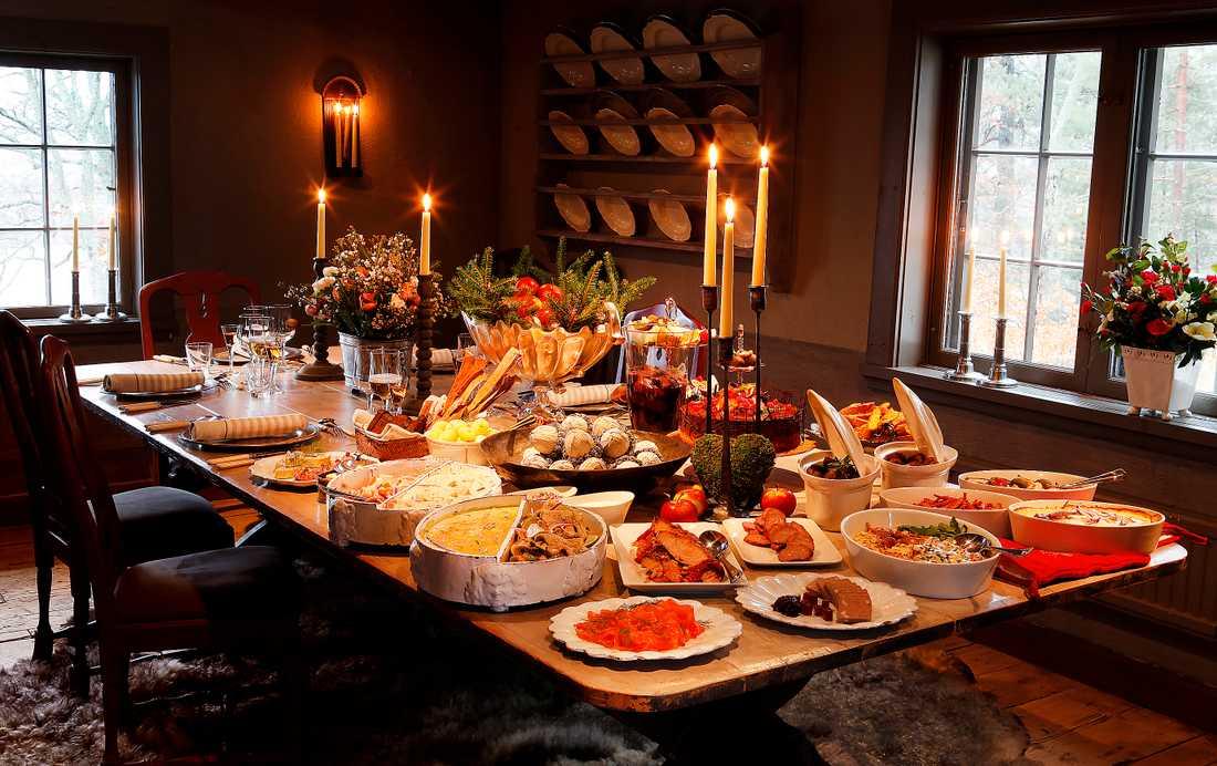 Julen - en ljuvlig tid av hedonistiskt matfrosseri för många. Men bakom alla uppdukade läckerheter döljer sig ett grymt djurfötryck, enligt författaren Pelle Strindlund.