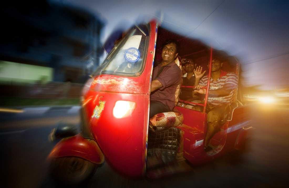 Priset för en tur med tuktuk är fortfarande oslagbart. Men det finns förstås roligare saker än att hamna bakom en gammal dieselbuss.