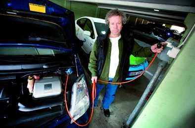 Aftonbladets Robert Collin visar hur bilen laddas.