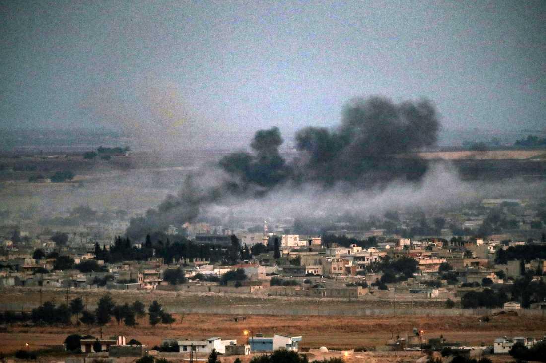 Den tillfälliga vapenvilan har brutits i staden Ras al-Ain i Syrien. Bilden är från 17 oktober.