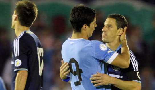 Luis Suarez och Argentinas Maxi Rodriguez.