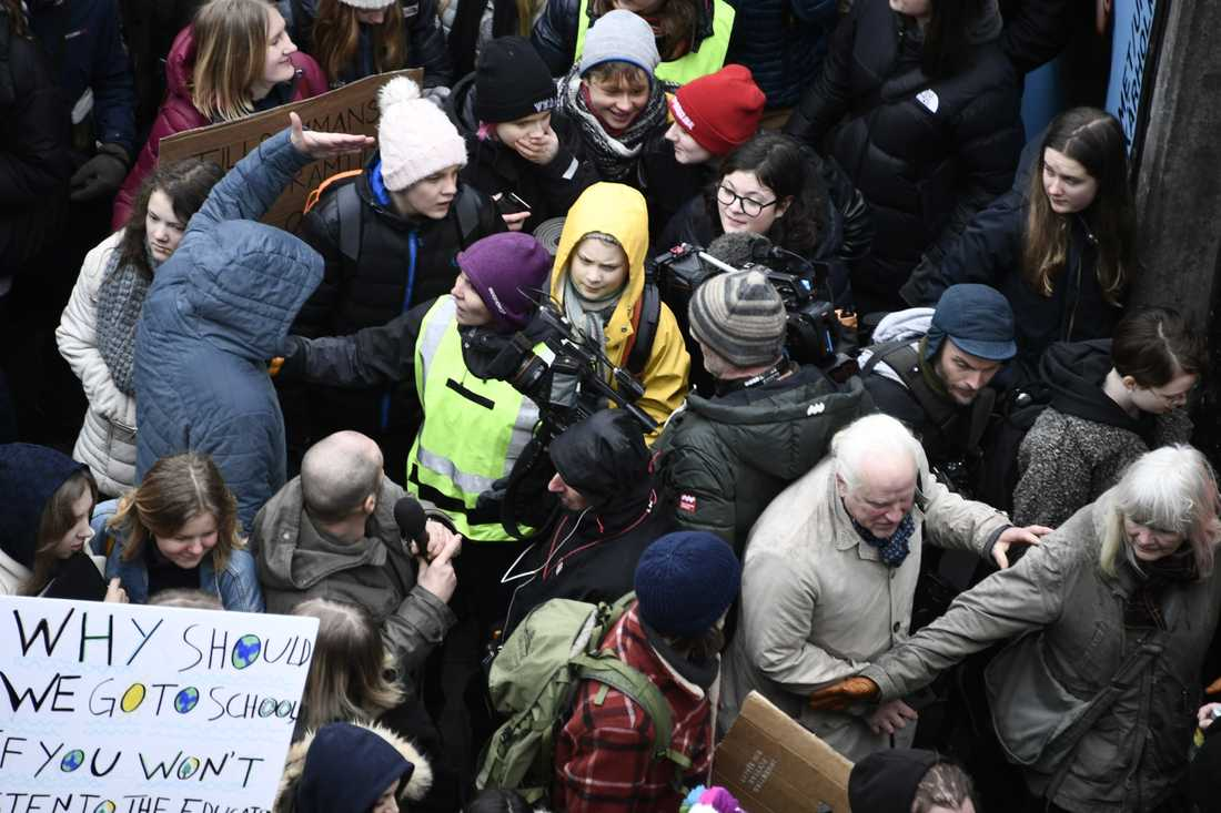Greta Thunberg tillsammans med hundratals ungdomar har samlats på Sergels torg i Stockholm.