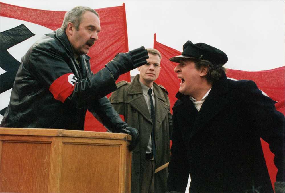 """1997 Lasse utklädd i """"Hitler och vi på Klamparegatan""""."""