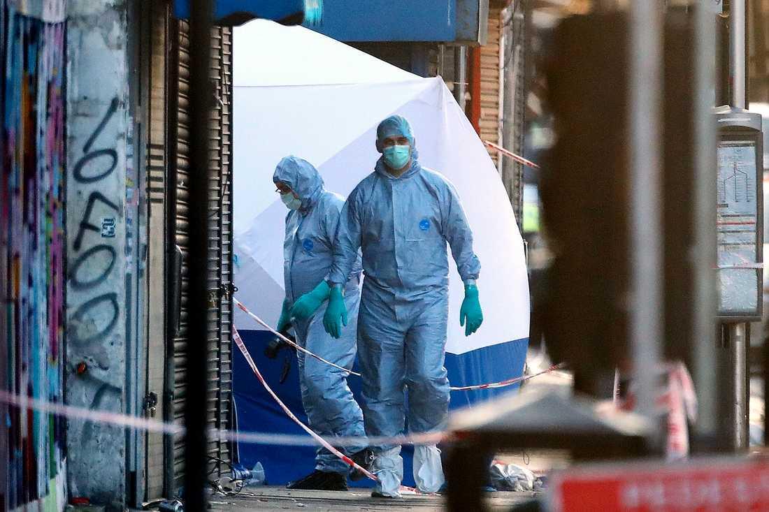 En person dog och minst åtta skadades vid moskén i Finsbury Park.