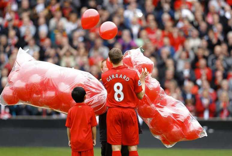 Steven Gerrard släppte 96 ballonger fria till minne av offren vid läktartragedin. Foto: Reuters