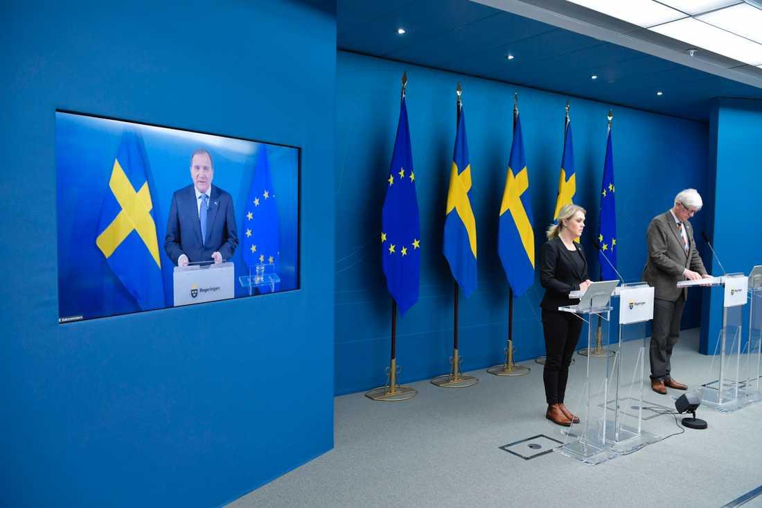 Statsminister Stefan Löfven (S), socialminister Lena Hallengren och Folkhälsomyndighetens generaldirektör Johan Carlson vid fredagens pressträff.