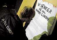 En ung kille från ja till euro-kampanjen visar hos vem hans tankar var i natt.