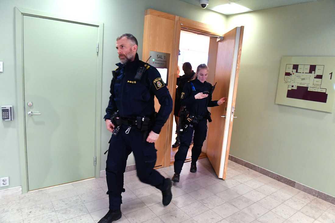 Polis på plats i Solna Tingsrätt i samband med att två män häktas för medhjälp till mord i Bromma.