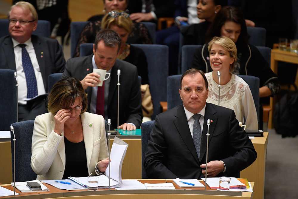 Isabella Lövin (MP) och Stefan Löfven (S) i riksdagen.