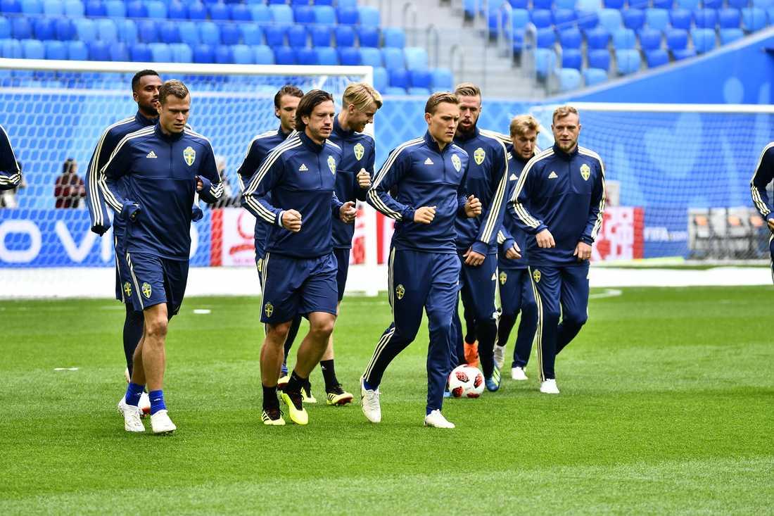 Delar av  landslaget under måndagens träning.