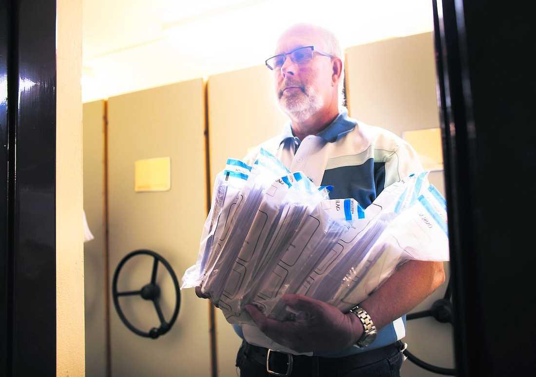 låg inlåsta Lars-Erik Blank, valnämndens ordförande i Halmstad, visar påsarna med röster i kommunens källarvalv.