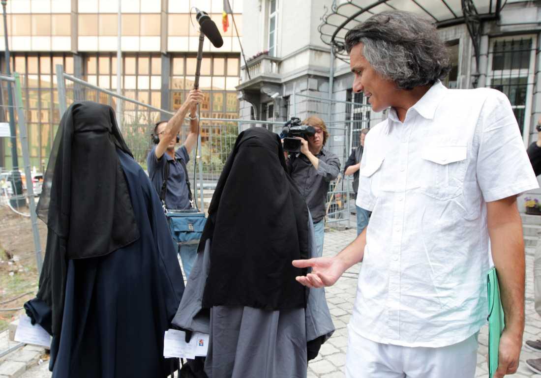Rachid Nekkaz tillsammans med två belgiska systrar som fick böta vardera 50 euro för att de burit nikab offentligt. Arkivbild.