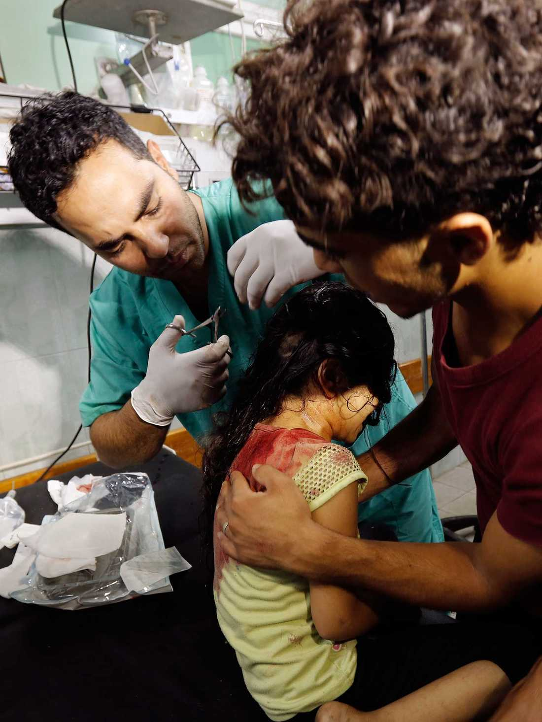 BOMB VID NY FN-SKOLA En skadad palestinsk flicka, som sökt skydd vid en FN-skola, får vård för sina skador på Kamal Edwan-sjukhuset i Beit Lahia i norra Gaza. I dag föll också ytterligare bomber nära FN-skolan i Jabalia som attackerades i går. 15 palestinier ska ha skadats i den attacken.