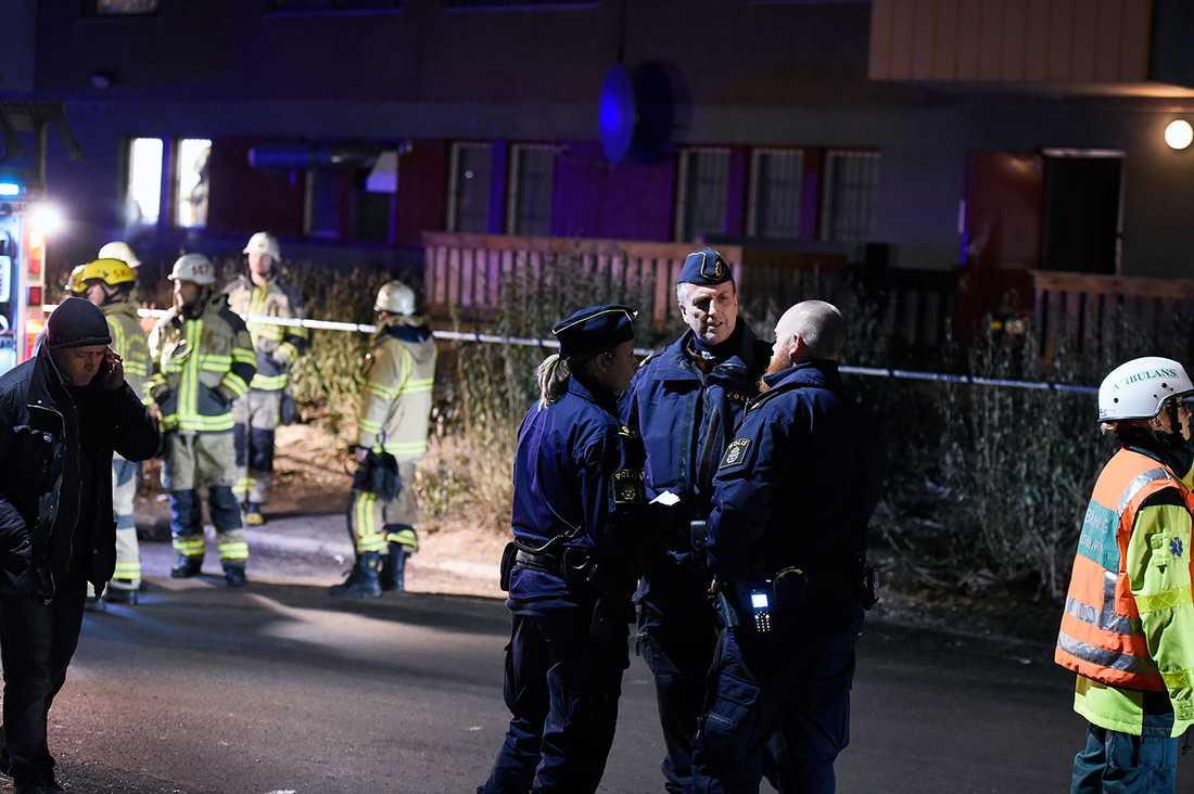 Polis och räddningstjänst på platsen.