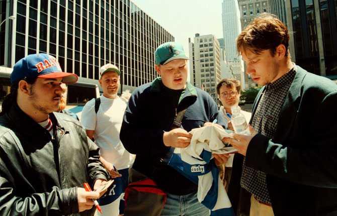 JAGAD Peter Forsberg blev snabbt populär och igenkänd. Här stöter han på autografjägare i New York efter sin första NHL-säsong.