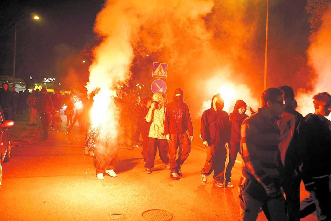TOTALT KAOS Ungdomarna tände eldar, sköt raketer, byggde barrikader och ställde till med tumult sent i natt.