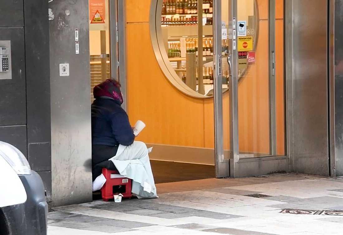 En tiggande kvinna utanför Systembolaget i Eskilstuna.