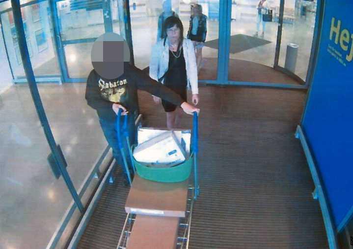 En av de misstänkta handlade med Madeleine Madeleine, 61, på Ikea – dagen innan mordet. De fångades på en övervakningskamera när de var på väg ut.