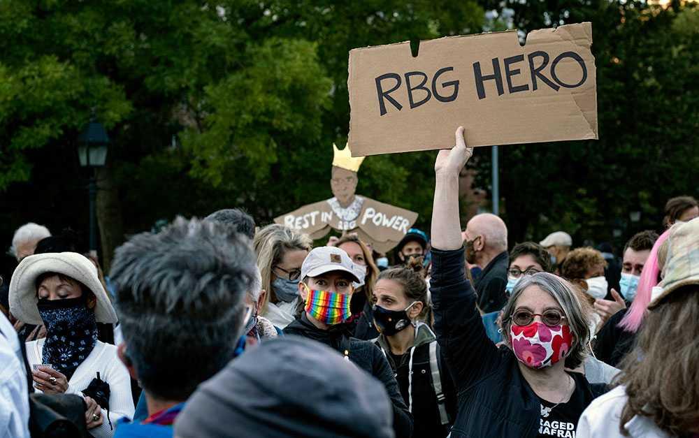 """Runtom i USA samlades människor för att sörja """"RBG"""", här på Washington Square Park i New York."""