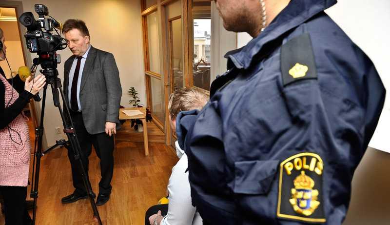 Polisskydd Claes Borgström advokatkontor fick polisskydd under onsdagen efter att hans hemsida hackats. Bakom attacken ligger samma hackernätverk som slagit till mot Åklagarmyndigheten, PayPal och den schweiziska bank som frusit Julian Assanges tillgångar.