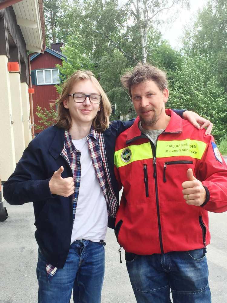 """Leo Wågberg med en av sina räddare, Marcus Stålhandske. """"Jag trodde att det var en sovsäck i vattnet"""", säger Marcus."""