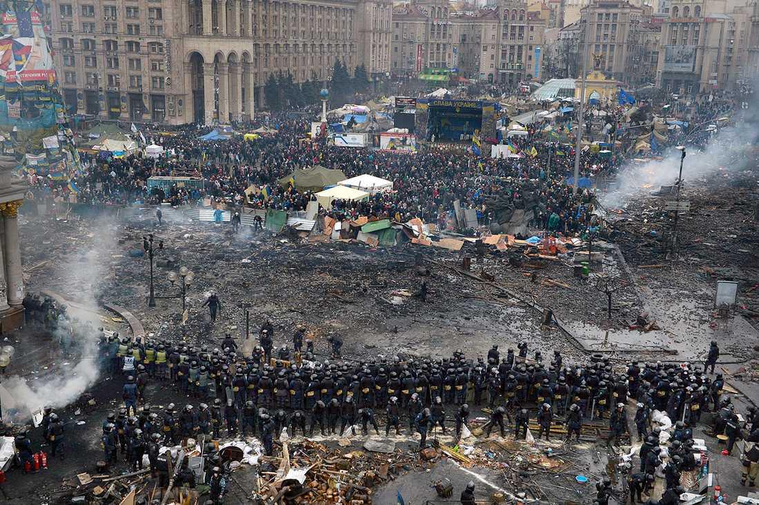 Det skiljer 50 meter mellan polisen och demonstranterna.