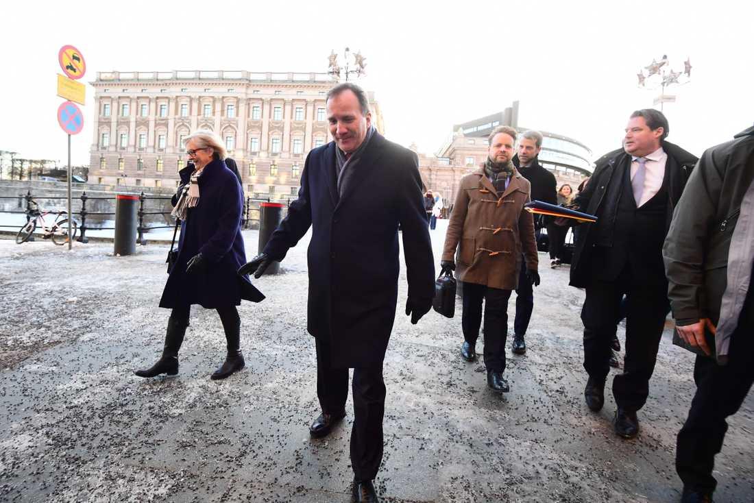 Statsminister Stefan Löfven (s) lämnar riksdagshuset tillsammans med sin fru Ulla.