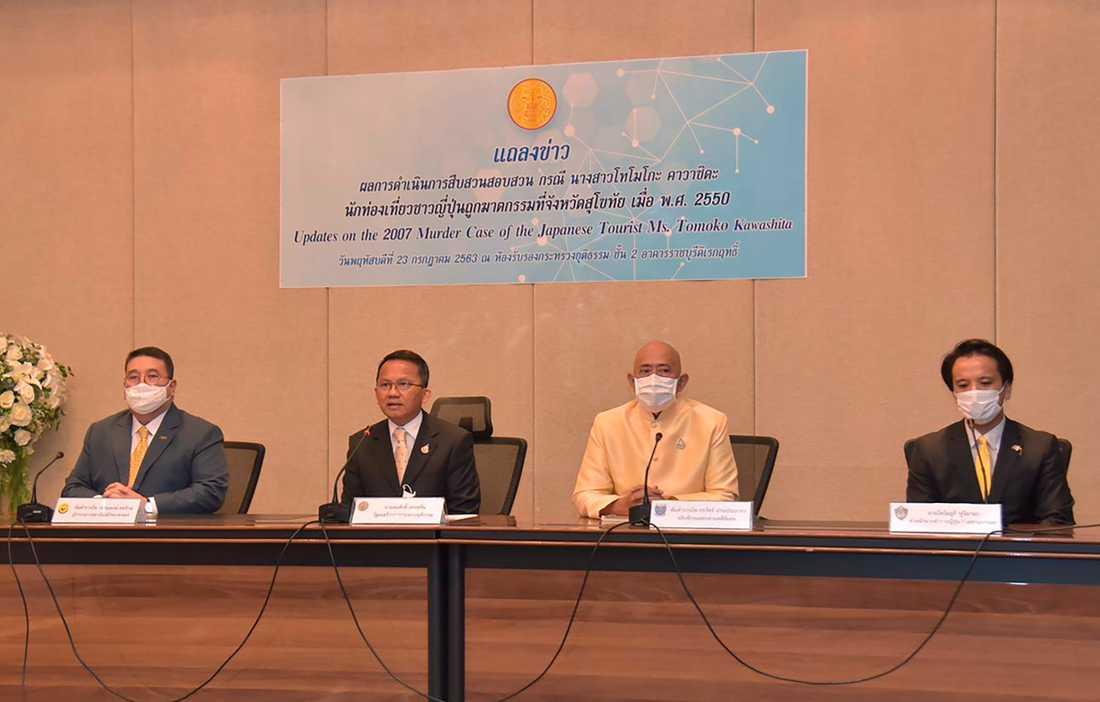 Justitieminister Somsak Thepsuthin, tvåa från vänster, erkänner nu missen. Bilden är dock från ett tidigare sammanhang.