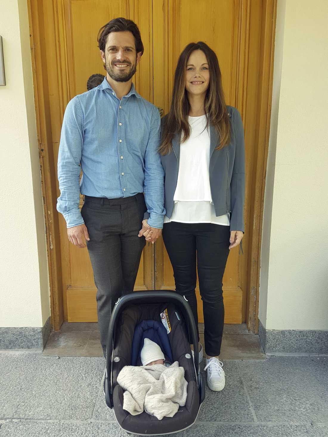 Carl Philip och Sofia med Gabriel. Det svenska kungahuset ligger  i framkant när det gäller sociala medier.
