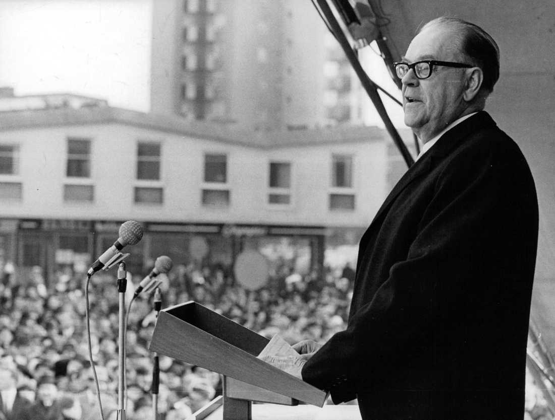 """Vällingby Centrum invigs av statsminister Tage Erlander (S) 1966. Resultatet av """"ABC-städerna"""" blev isolerade enklaver, ödslighet och försämrad social kontroll."""