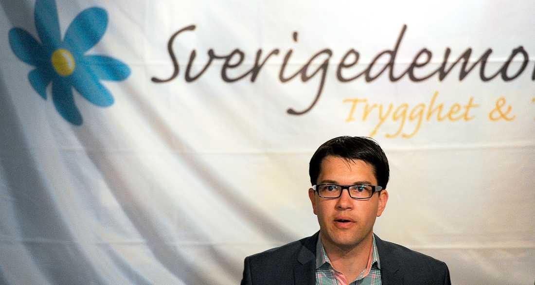 BLOND OCH BLÅÖGD Jimmie Åkesson försöker tvätta bort den bruna stämpeln från partiet. Men grunden för Sverigedemokraternas politik är fortfarande att en blond och blåögd svensk är mer värd än andra.