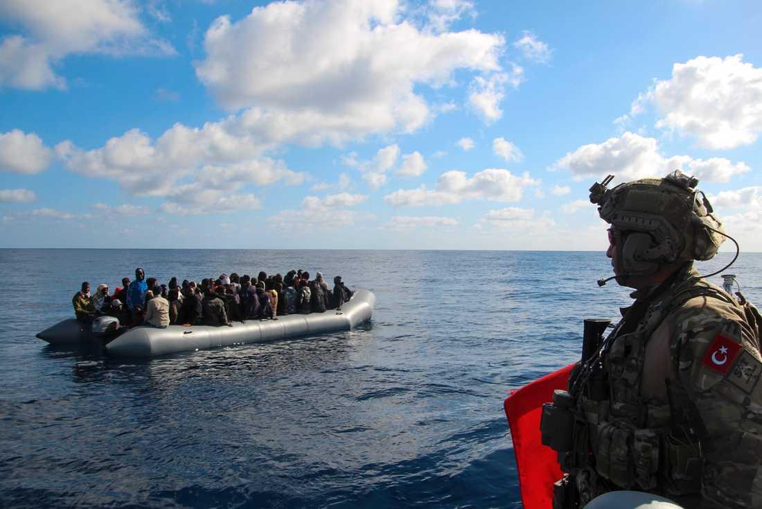 Migrantfartyg på Medelhavet i slutet av januari, övervakat av turkisk militär. Arkivbild.