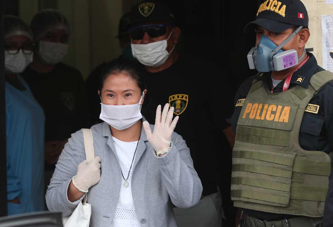 Keiko Fujimori vinkar när hon lämnar fängelset i Perus huvudstad Lima.