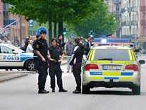 Poliser står utposterade på en Malmögata efter att tre personer skadats i två olika skottlossningar på samma dag i juni 2010.