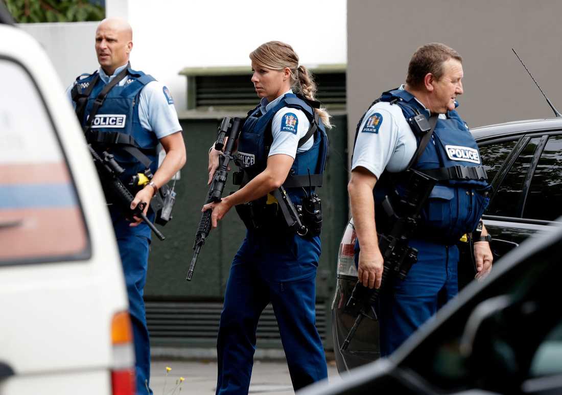 Poliser utanför en moské i Christchurch i Nya Zeeland.