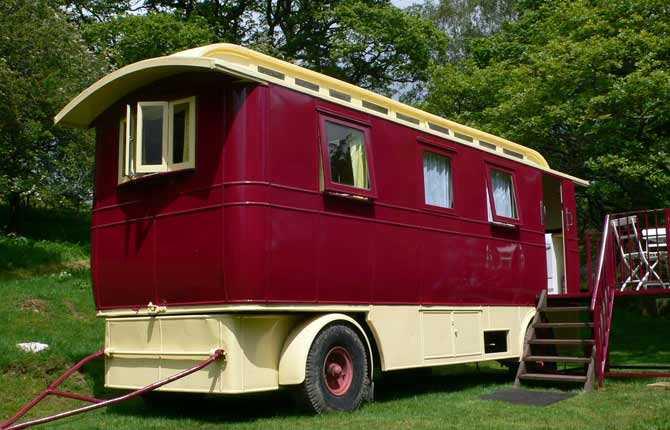 SHOWMANS WAGGON I Wye Valley i Wales står denna gamla cirkusvagn från 1940-talet. Här är det massiva träslag och glasspeglar, gamla lampetter, vedeldad spis samt sköna läderfåtöljer som möter gästen. Prisläge: under 100 euro/natt. www.underthethatch.co.uk