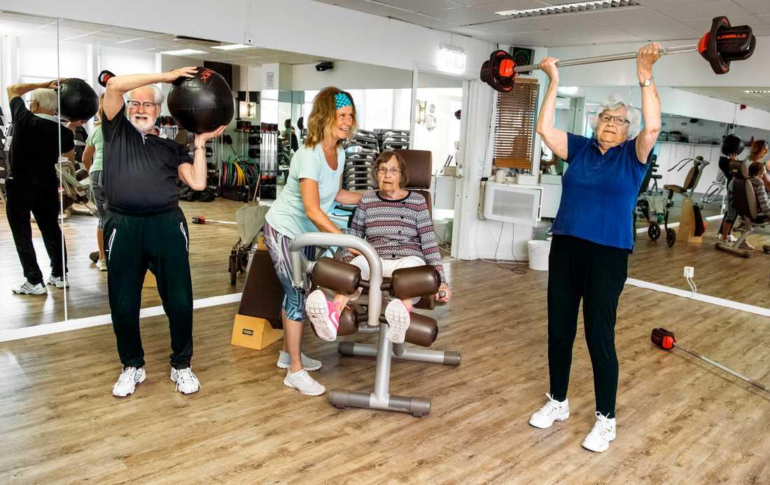 Monica Elsinga leder träningen på Body Joy med Stig Lundahl, Kerstin Hellgren och Birgitta Wetterdal från 90-plus gruppen.