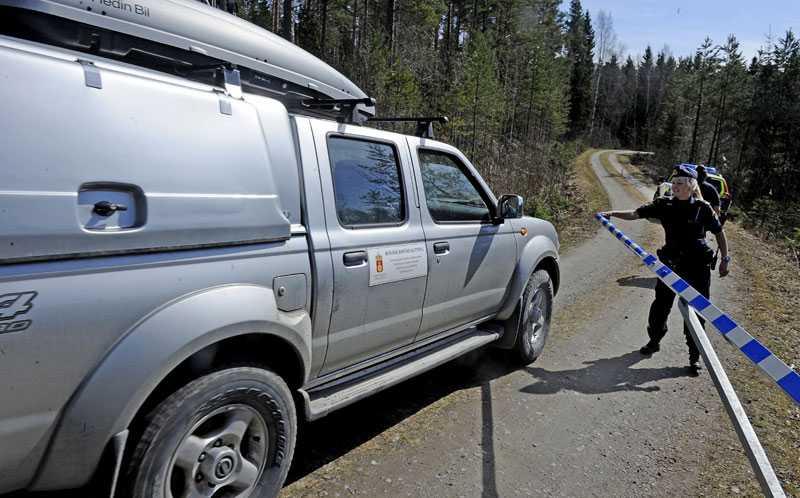 EXPERTER PÅ PLATS Polisen spärrade av området där vargen gick till attack. Nu finns Länsstyrelsens rovdjursexperter på plats vid Riala utanför Norrtälje.