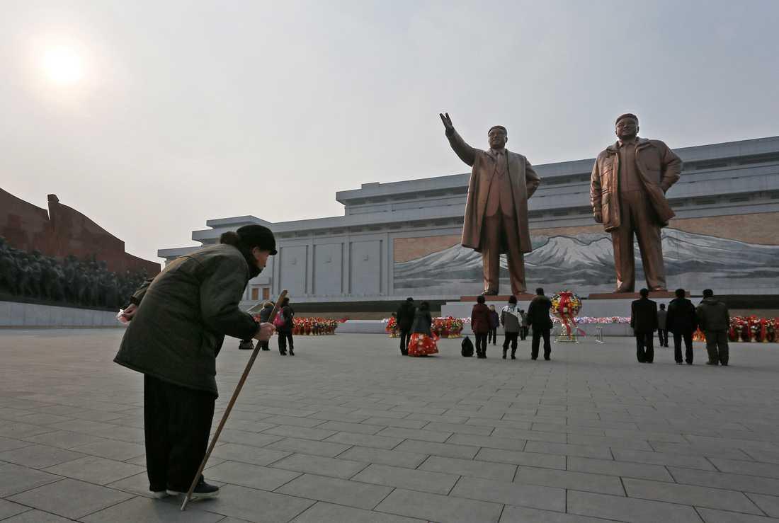 Personlult  Hedrande av förre ledaren Kim Jong Il och hans fader Kim Il Sung i huvudstaden  Pyongyang. Bilden släpptes av den officiella Nordkoreanska nyhetsbyrån KCNA på söndagen.