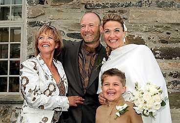 FAMILJEN SAMLAD Lill-Babs, Hans Fahlén, Kristin Kaspersen och hennes son Filip, 6, utanför den gamla stenkyrkan i Åre.