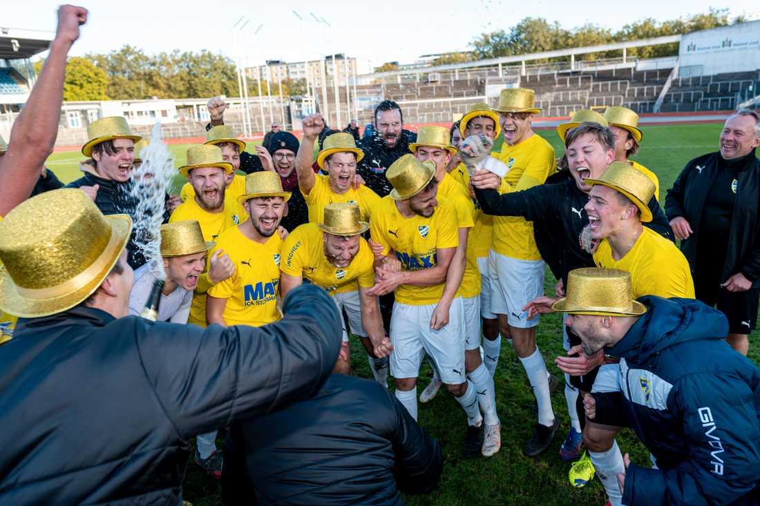 Spelarna i IFK Malmö firar avancemanget avancerade till ettan.
