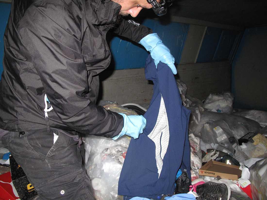 Aftonbladets reporter hittade sönderskurna kläder för tusentals kronor i en XXL-butiks container.