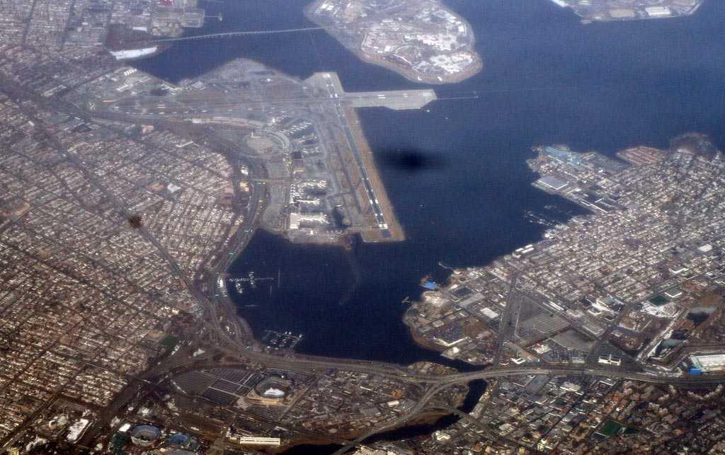 LaGuardia Airport, New York Flygplatsen som ligger närmast själva Manhattan. Den är övertrafikerad liksom för övrigt New Yorks hela luftrum (JFK Airport och Newark heter de två andra flygplatserna) och här måste piloterna ofta köra en 180-gradig sväng in mot landningsbanan.