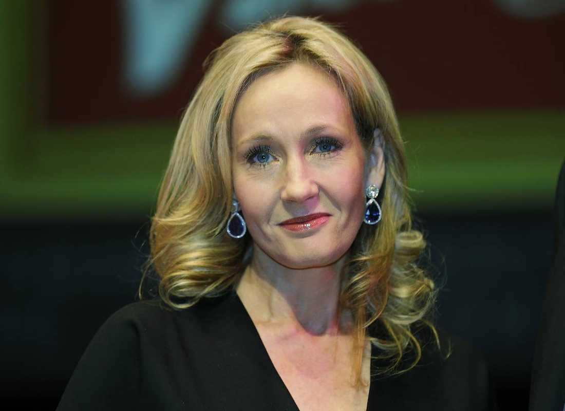 EN GLAD HÖGTIDSNYHET Författaren J.K. Rowling, som skrivit de världskända böckerna om Harry Potter, släppte i går - lagom till Halloween - en helt ny berättelse som utspelar sig i den populäre trollkarlens värld.