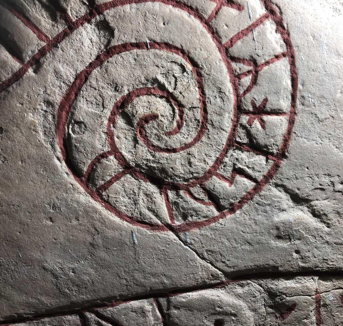 Läraren och eleverna lyckades tyda runskriften. Bilden visar andra runor än dem som omnämns i artikeln, på en runsten från Lena kyrka norr om Uppsala.