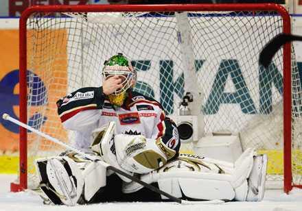 Utbytt Johan Holmqvist hade inte en av sina bättre dagar i premiären mot HV71.
